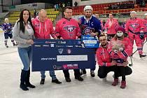 SPRÁVNÁ VĚC. Hokejisté Trutnova a Děčína vybrali skoro 150 tisíc korun pro nemocnou Vendulku.