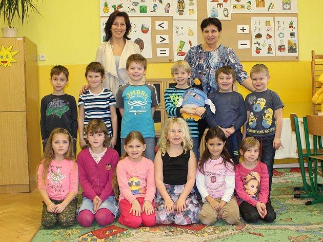 Žáci 1.třídy ze ZŠ Staré Křečany spaní ředitelkou Miroslavou Mackovou a paní učitelkou Ingeborg Nekolovou.