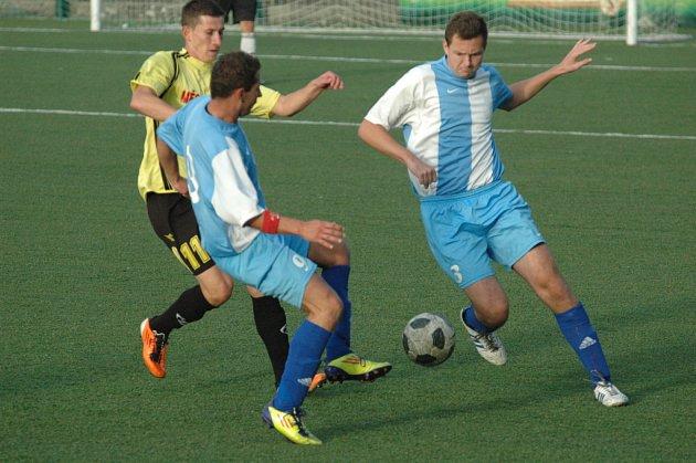 BEZ BODU. I když Junior Děčín (žlutá) podali dobrý výkon, se Štětím prohrál 1:3.