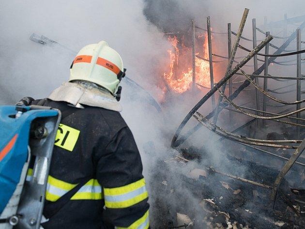 U Šluknova hořela vietnamská tržnice.