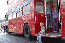 Historický patrový autobus brázdí ulice Děčína