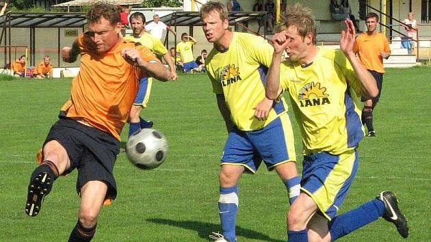 KAPITÁN FK JÍLOVÉ Radek Rangl (vlevo s míčem) dovedl svůj tým k důležité remíze na půdě Českých Kopist.