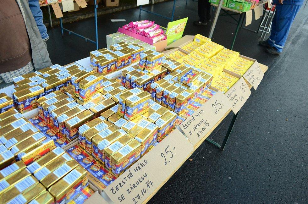 Známý mostecký trhovec Vlastimil Kohout prodává na úterním trhu v Mostě levné polské máslo.