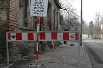 Kvůli padající omítce z ruiny domu v Litoměřické ulici v Děčíně museli úředníci nechat uzavřít chodník.