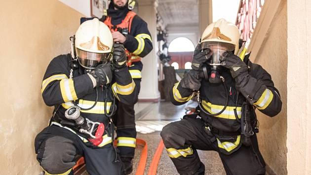 Hasiči zasahovali na šluknovské škole, hořelo naštěstí jen cvičně.