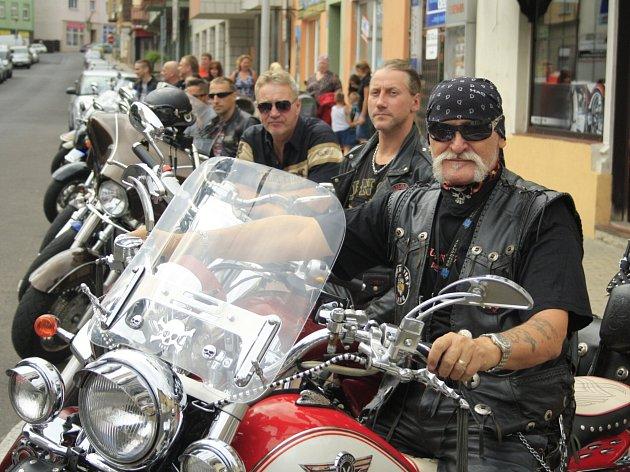 Motorkáři v Děčíně fotili kalendář pro charitu.