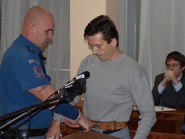 K ústeckému krajskému soudu přijel z valdické věznice šestačtyřicetiletý Pavel Pilko z Rumburku.