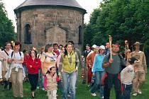 Majitel Tolštejnského panství společně se svou družinou se vydal na světluškový pochod na nedaleký hrad Tolštejn