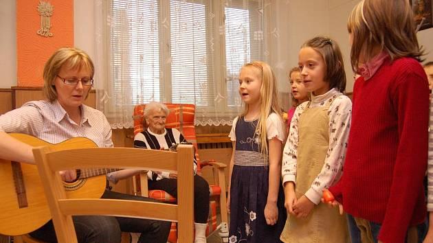 Děti za Základní školy zazpívali seniorům