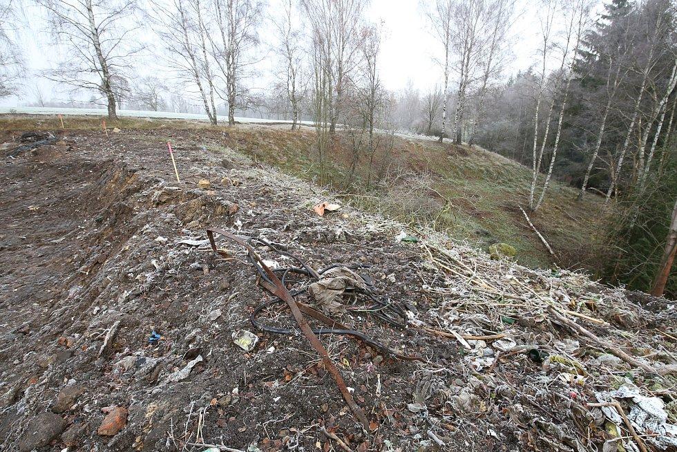 Několik týdnů probíhá rekultivace komunální skládky v Mezné na Děčínsku. Skládka je zde asi od sedmdesátých let a vozil se tam odpad z okolí.