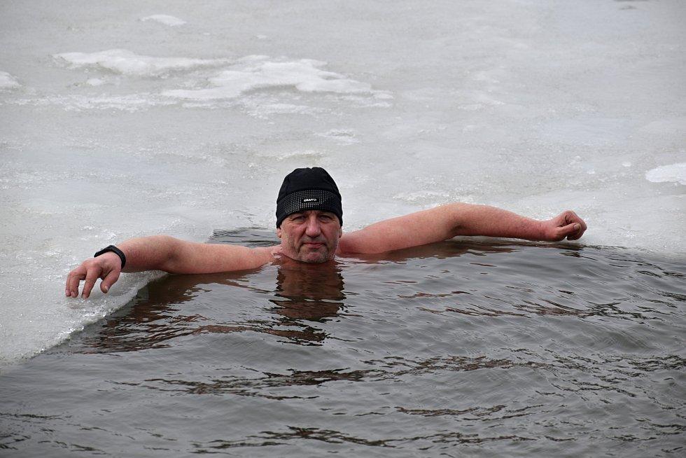 Otužilci se v Krásné Lípě ponořili do díry vysekané v ledu.