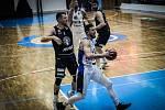 VÍTĚZSTVÍ. Děčínští basketbalisté (v tmavém) vyhráli v Kolíně.