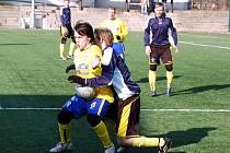 Řezníci z Děčína (v modrém) v přípravě porazili Neštěmice 2:0.