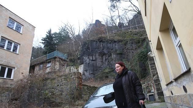 Uvolněný skalní masiv v Teplické ulici v Děčíně.