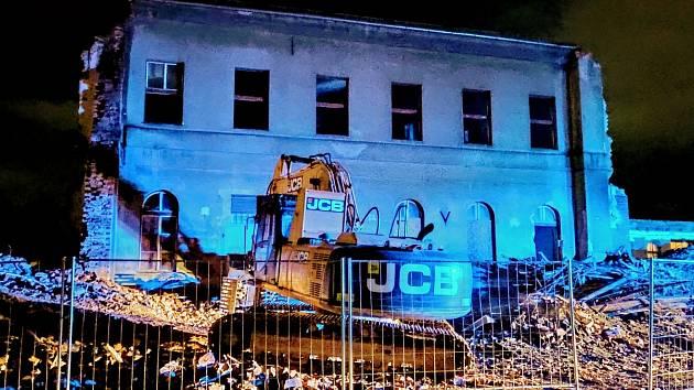 Ve Varnsdorfu hořela část střechy nádražní budovy, která právě prochází demolicí