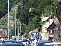 Pro zraněného motorkáře letěl do Hřenska vrtulník.