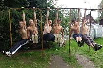 CVIČÍME. Mladíci z rumburské Seberevolty.