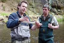 Rakouský odborník Dr. Georg Holzer (vlevo) vysvětluje rybářskému hospodáři správy národního parku Janu Honzíkovi princip fungování inkubační schránky.