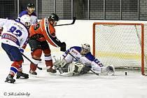 VÝHRA. Hokejisté Varnsdorfu (v bílém) vyhráli v České Lípě 5:3.