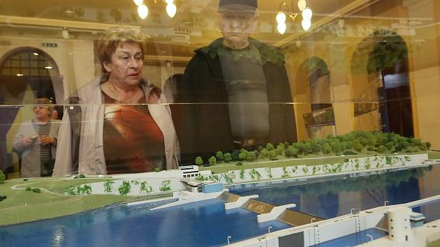 MODEL plavebního stupně Děčín si mohli lidé na Střelnici během besedy prohlédnout.