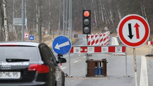 Začíná sanace masivů nad silnicí v bezcelním pásmu, stavbaři zvládnou práce při zachování automobilového provozu jedním jízdním pruhem