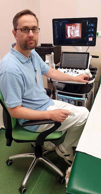 V děčínské porodnici jako první v Česku tisknou 3D modely nenarozených miminek. Na snímku primář oddělení Peter Kraus.