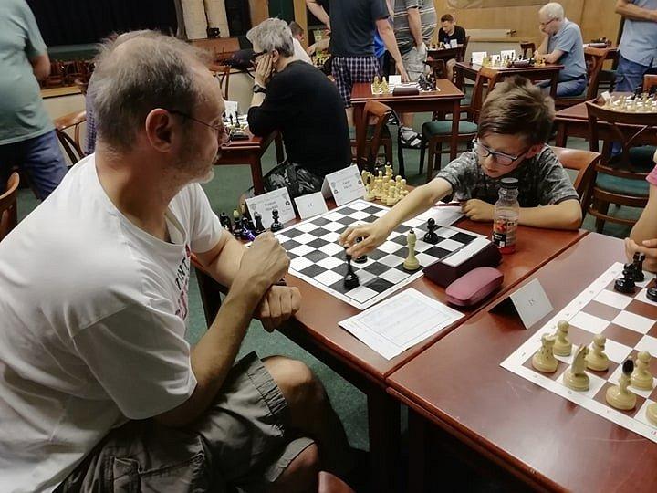 Nejmladší šachisté TJ Slovan s úspěchem hrají i soutěže dospělých (turnaj v Krásné Lípě).