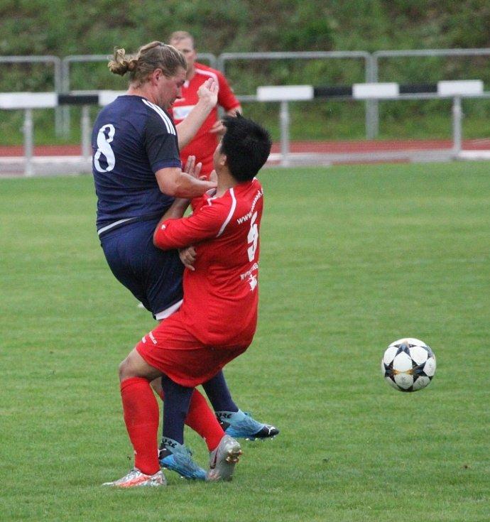 Rumburk (červené dresy) doma prohrál s Dobroměřicemi 1:2.