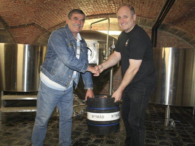 VÍTĚZ TIP LIGY Jaroslav Premoli (vlevo) přebírá sud piva od majitele děčínského pivovaru Jana Kočky (vpravo).
