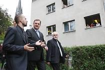 TADY BYDLÍ?  Premiér Petr Nečas loni navštívil ubytovny sociálně slabých ve Varnsdorfu.