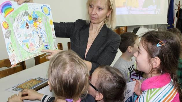 Vodohospodáři v Děčíně vyhlásili výsledky výtvarné soutěže pro děti. Nechyběla ani primátorka města Marie Blažková.