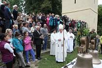 Merboltická zvonice má nové zvony, žehnal jim biskup Jan Baxant.
