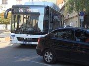 Auta ve Zbrojnické ulici v Děčíně parkují i přes zákaz.