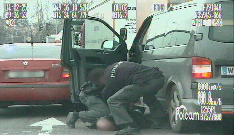 Policejní záběry ze zatčení zlodějů aut.