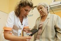 NEDOCENĚNÁ PRÁCE SESTER.   zdravotní sestra Pavla Kotraszová z děčínské nemocnice při měření tlaku a hladiny cukru v krvi pacientky.