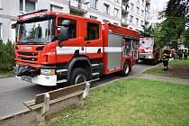 Při požáru paneláku se jeden člověk nadýchal kouře.