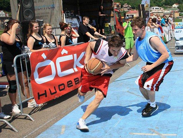Desítky hráčů se loni popraly o postup do finále Českého poháru ve streetballu.