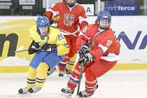 REPRE DRES. Dominika Forejtová (v červeném) na MS proti Švédsku.