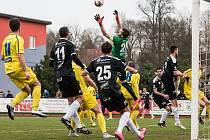 DALŠÍ BOD. Varnsdorf (ve žlutém) doma remizoval 0:0 s Hradcem Králové.