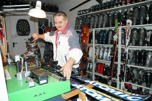 """Lyžařské vybavení potřebuje kvalitní servis. """"Plagiáty ze supermarketů u mě nenajdete,"""" slibuje Miroslav Mistalar"""