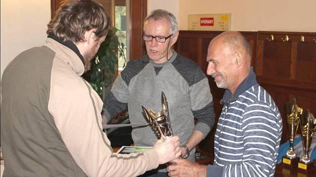 JIŘÍ JEDLIČKA (uprostřed) při tradičním vyhodnocení skončené sezóny v sálové kopané.
