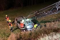 U dopravní nehody v Malé Veleni zasahovaly všechny složky IZS. Auto se při havárii přetočilo přes střechu.
