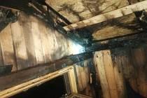 Požár zachvátil chatku v Horní Chřibské. Likvidace trvala přes hodinu