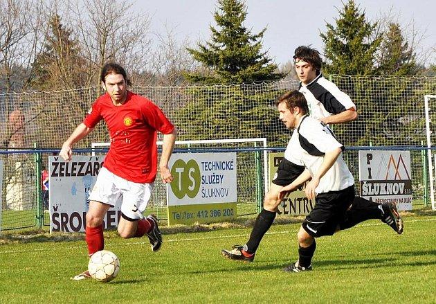 PLASTON ŠLUKNOV (v červeném proti TJ Mojžíř) skončil v minulém ročníku I. A třídy až na 12. místě.