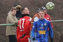 PRVNÍ VÝHRA V PŘÍPRAVĚ. Varnsdorf (v modrém) vyhrál v Brozanech 3:0.