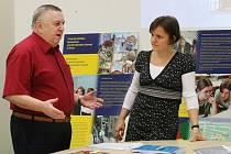 ZÁSTUPCI GYMNÁZIA F. Schillera s rozšířenou výukou cizích jazyků a přírodovědných předmětů v Pirně v pondělí v Ústí n.L. informovali zájemce o studium na této česko–německé škole.