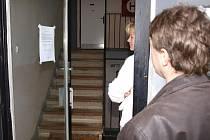 NOVÝ MAJITEL. Ve středu odpoledne se na vchodových dveřích objevila cedule s textem, že  holandská společnost Šluknov Appartements domy prodala.