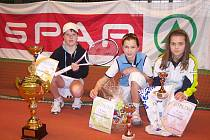 Zleva vítězka Buřičová i s cennou trofejí a pohárem,finalistka Kolodzejová a semifinalistka Melounová