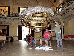 Obrovský lustr na děčínské Střelnici prošel údržbou.