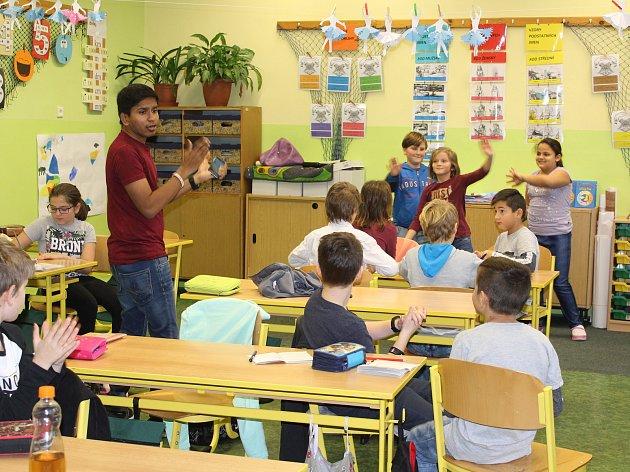 Krásnolipskou základní školu navštívili vysokoškolští studenti z různých koutů světa.